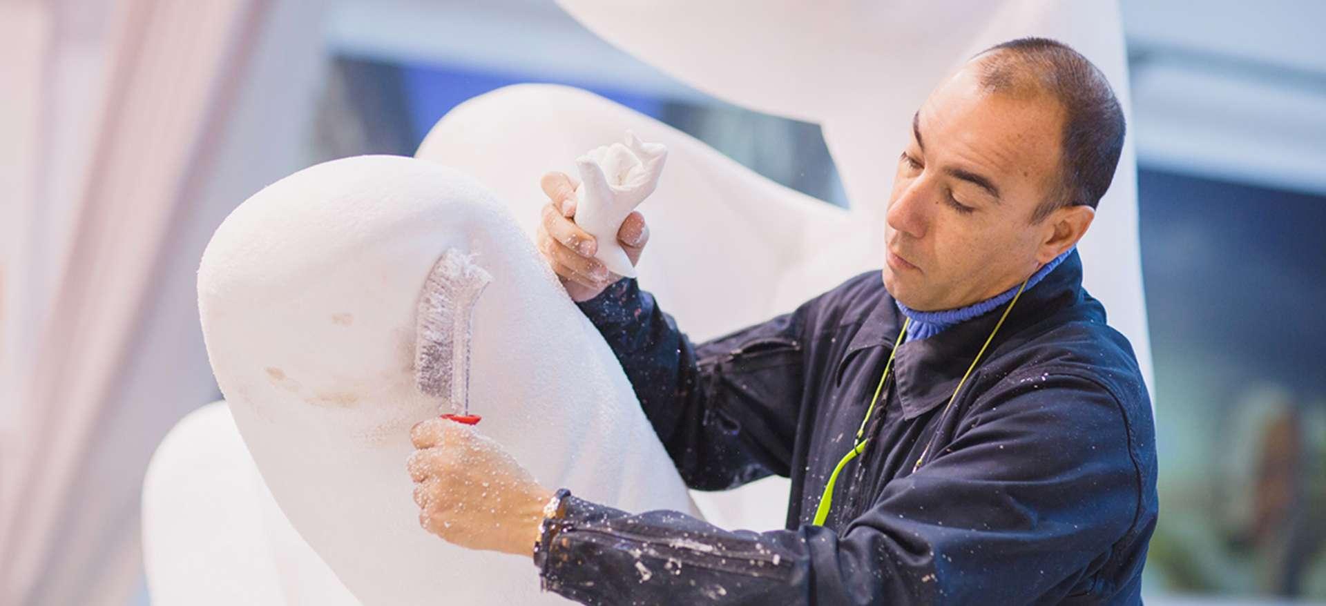 """Lorenzo Quinn, nel suo laboratorio, mentre realizza """"Support"""", più nota come """"Le mani giganti""""."""