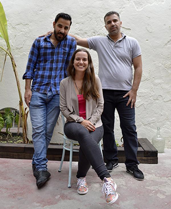 """Mohamad (sulla sinistra) e Maria (la coordinatrice di """"CresCer""""), a destra un altro ragazzo siriano."""