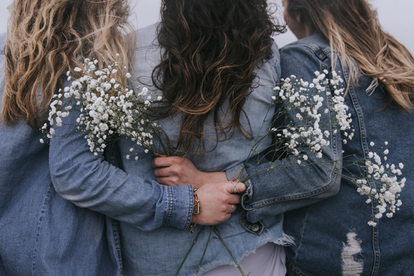 Girls and Flowers di Becca Tapert su Unsplash