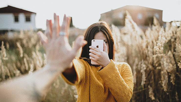 ragazza selfie Photo by Adrian Sava on Unsplash