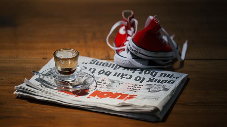 caffè giornale e scarpe da ginnastica Photo by Bino Storyteller on Unsplash