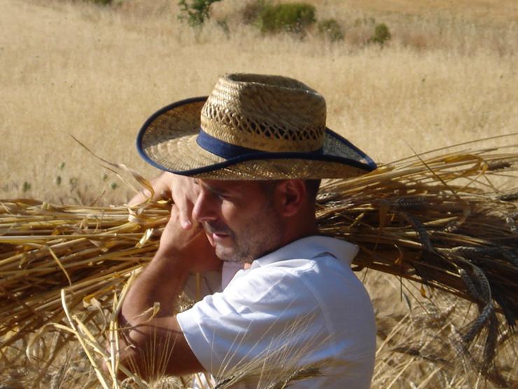 Gianni Piroddi nei campi del Birrificio Lara.