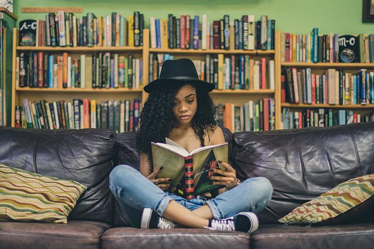 ragazza che legge Photo by iam Se7en on Unsplash