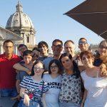 Lo staff dell'Albergo Etico di Roma tutti insieme sul tetto dell'Albergo del Senato