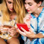 ragazze con lo smartphone Photo by rawpixel on Unsplash