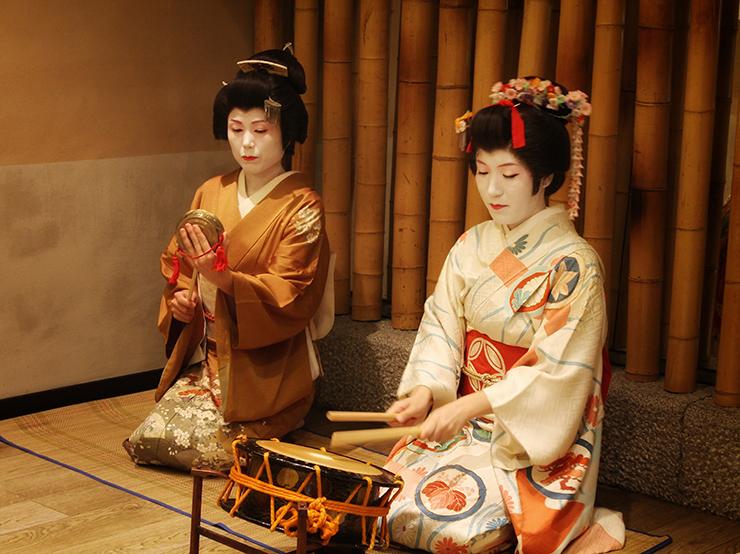 La Geisha Asaka e l'Hangyoku Tazusa nel ristorante Rokko| Ph© Tradurre il Giappone