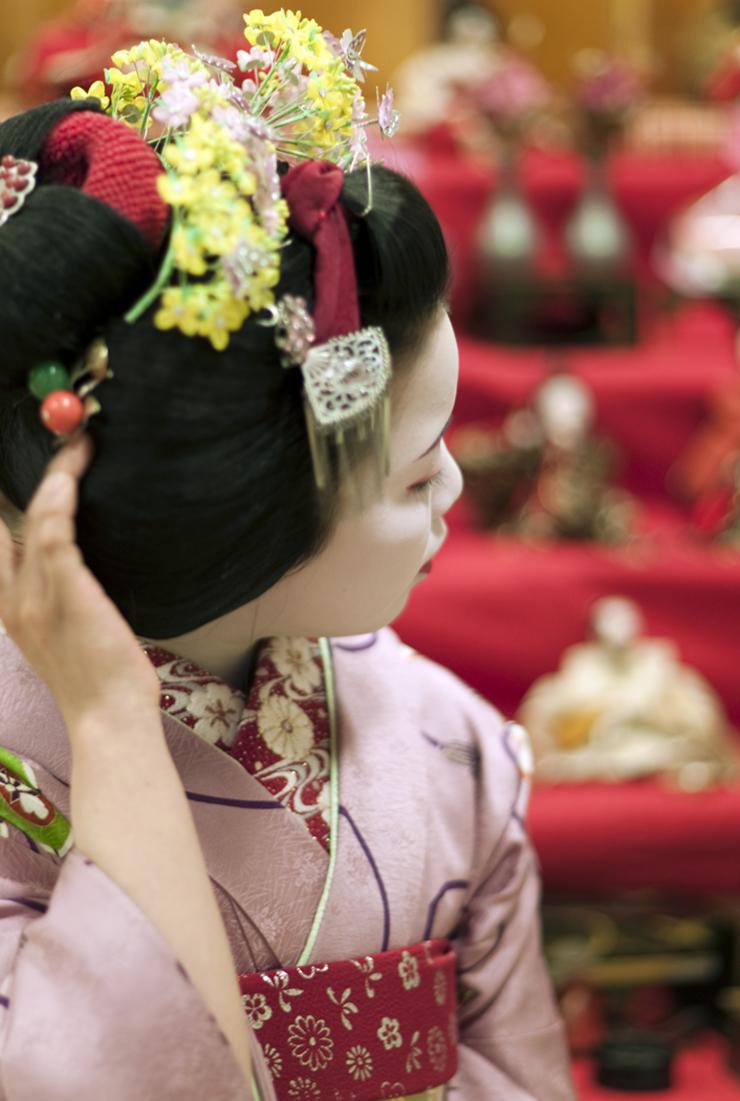 La Maiko Ayano 彩乃 fotografata da Onihide davanti le bambole per lo Hina Matsuri