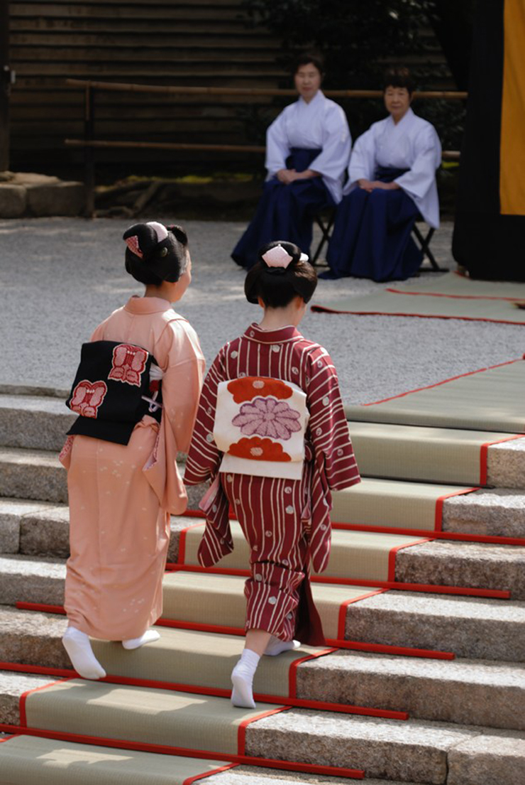Il Nagashi Bina delle maiko Fukuteru e Fukunami, fotografate da Masaaki Moriuchi