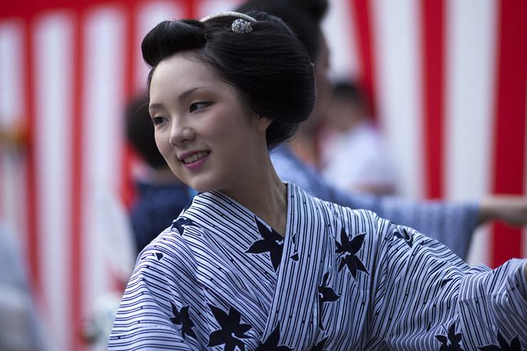 Maiko Ichiteru di Kamishichiken durante il Bon Odori | Ph © Onihide san