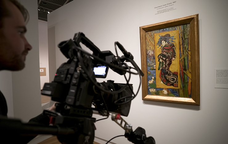 Filming 'Courtesan (after Eisen) 1887', Van Gogh & Japan © EXHIBITION ON SCREEN (David Bickerstaff)