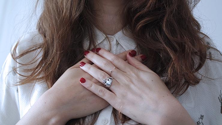 mani sul cuore Photo by Giulia Bertelli on Unsplash