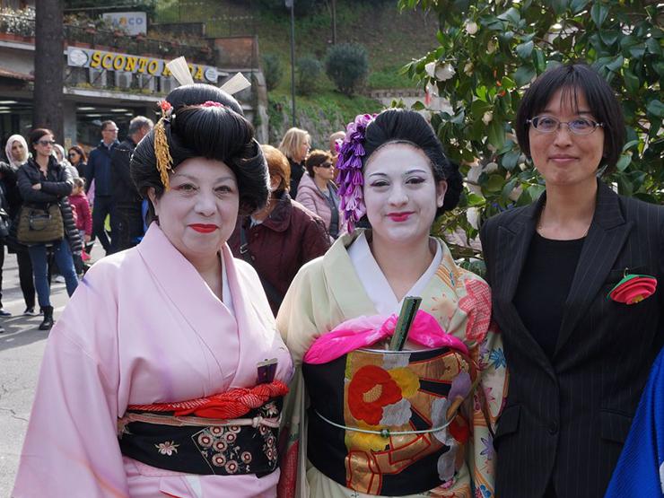 Catia Fucci e una sua allieva, alla 25a edizione del Festival per l'Hanami della Camelia (a Velletri), insieme alla Dott.ssa Mariko Shikakura, Capo Ufficio Culturale e Stampa dell'Ambasciata del Giappone a Roma