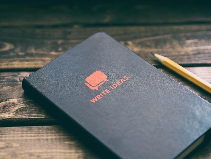 quaderno e matita Photo by Aaron Burden on Unsplash