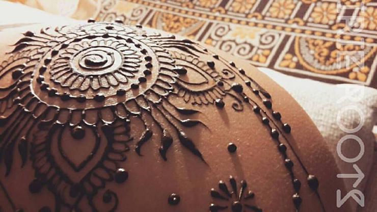 Irie Roots - henné sulla pancia