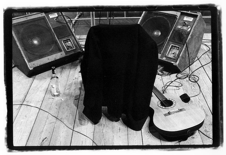 """Ph Guido Harari, Cantù 1979: Fabrizio de André """"In Absentia"""" (visto dai musicisti sul palco, come non lo vedeva il pubblico)."""